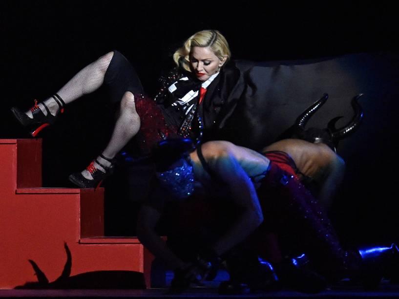 Madonna sofre queda durante apresentação no Brit Awards 2015 na O2 Arena em Londres - 25/02/2015