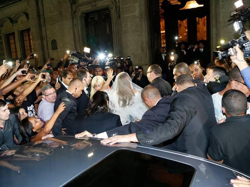 Fãs e fotógrafos se aglomeram na entrada da Igreja Nossa Senhora do Carmo, no centro do Rio de Janeiro