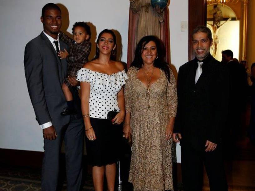 Regina Casé e família na Igreja Nossa Senhora do Carmo no Rio de Janeiro