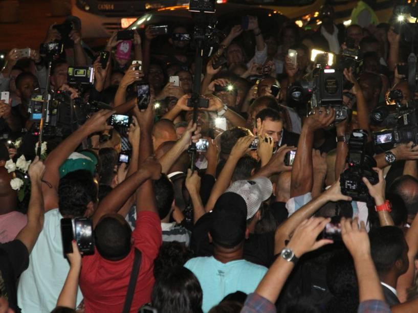 Multidão se aglomera em frente à Igreja Nossa Senhora do Carmo