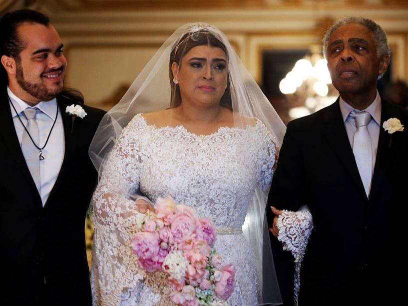 Preta Gil entra na igreja acompanhada do filho, Francisco, e do pai, Gilberto Gil