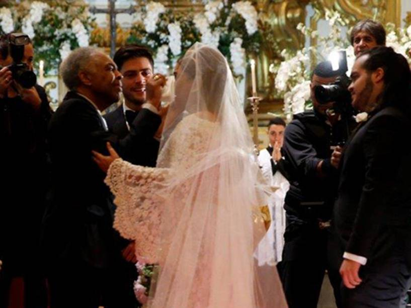 Gilberto Gil enxuga lágrima da filha ao levá-la até o altar