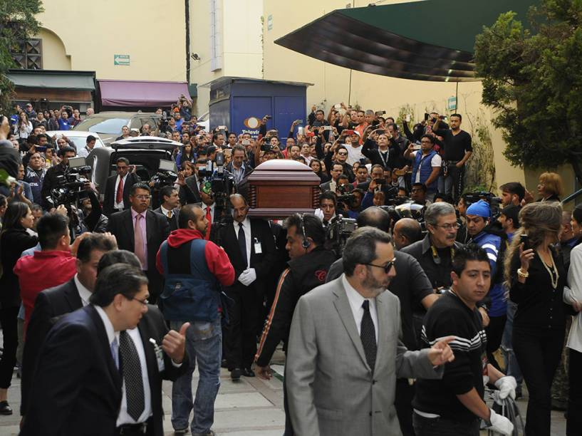 Parentes e amigos se despedem de Roberto Bolaños durante cerimônia privada na Cidade do México