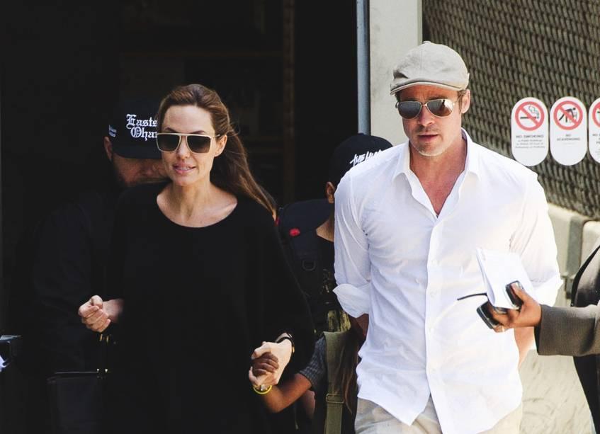 Angelina Jolie e Brad Pitt caminhando pelas ruas de Los Angeles, na Califórnia