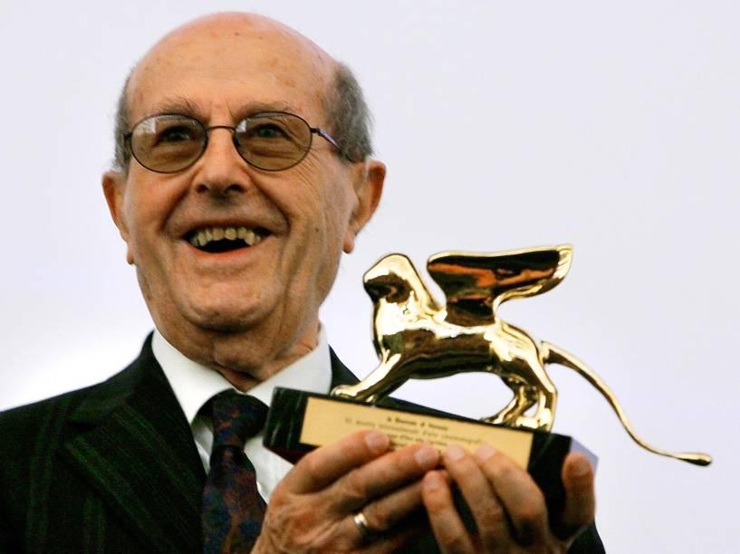 O diretor de cinema Manoel de Oliveira posa com o Leão de Ouro recebido por sua carreira antes da estreia de seu filme no Festival de Veneza em 2004
