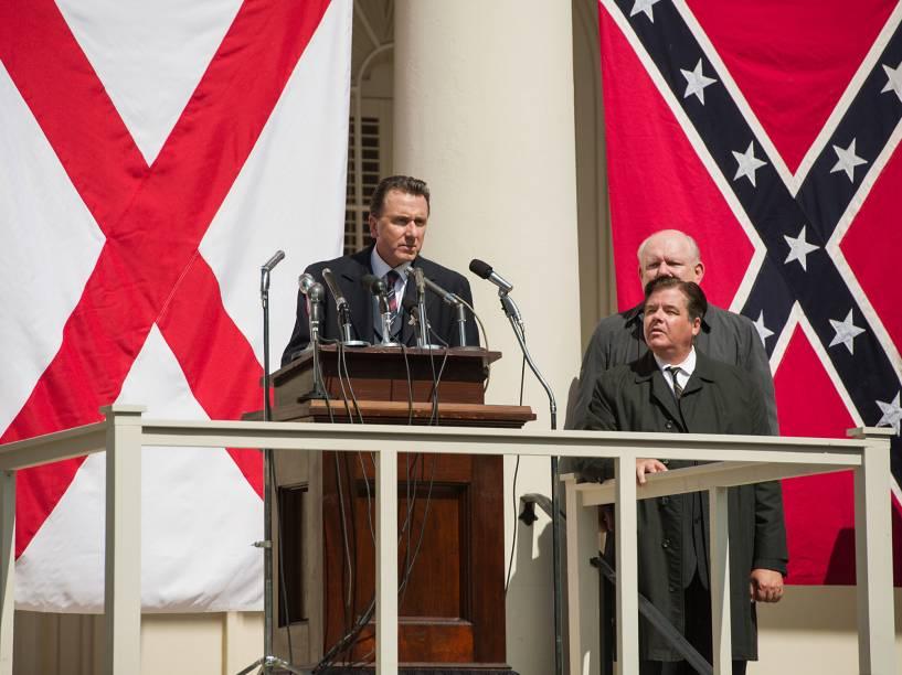 O ator Tim Roth como o governador George Wallace em cena do filme Selma