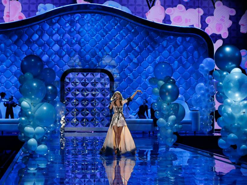 A cantora Taylor Swift abre o show do desfile da Victorias Secret