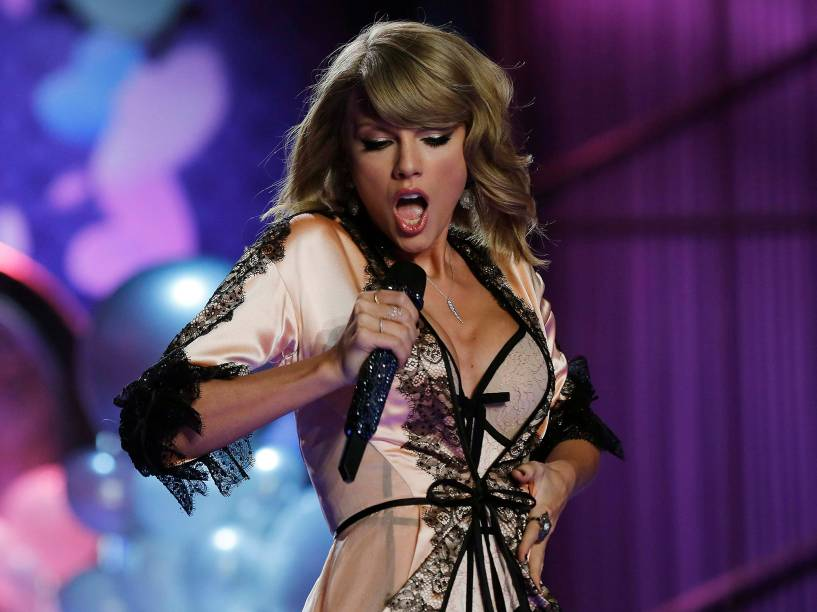 Taylor Swift se apresenta durante desfile da Victorias Secret em Londres