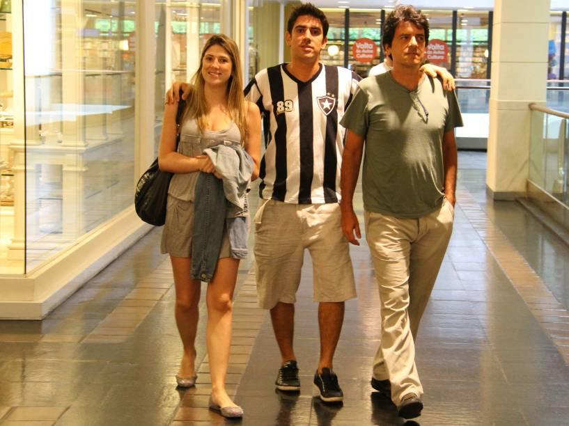 Marcelo Adnet, seu pai e Dani Calabresa, no Shopping Fashion Mall, no Rio de Janeiro