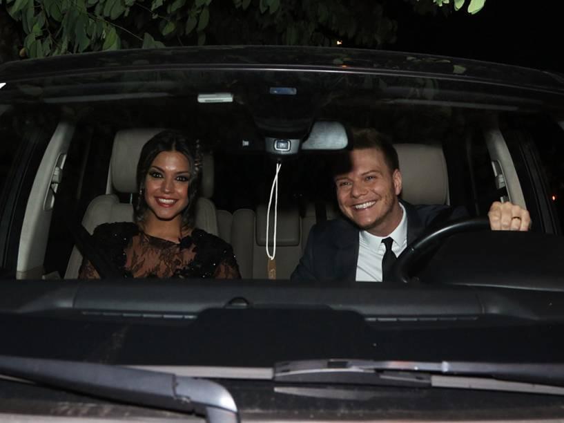 Michel Teló e Thais Fersoz chegam ao casamento de Thiaguinho e Fernanda Souza, na zona Oeste de São Paulo