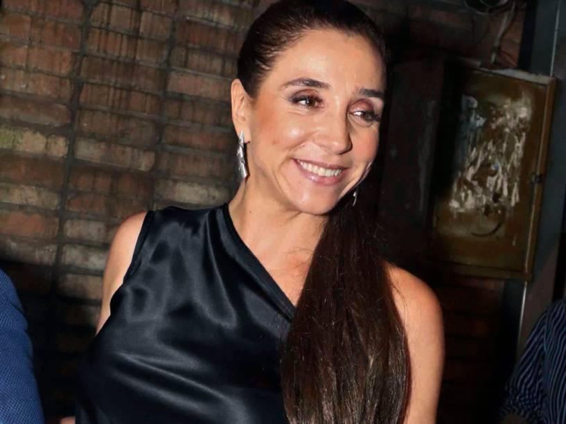Marisa Orth, que chegou de kombi, prestigia o casamento de Thiaguinho e Fernanda Souza, no bairro de Jardins (SP)