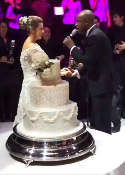 Thiaguinho emociona Fernanda Souza durante casamento na Casa Fasano, em São Paulo