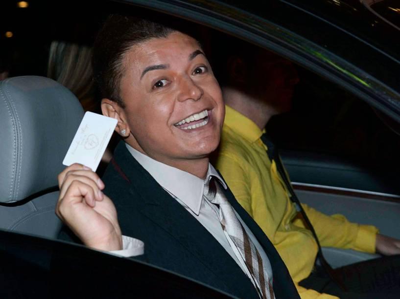 David Brazil chega ao casamento da atriz Fernanda Souza com o cantor Thiaguinho, na zona Oeste de São Paulo