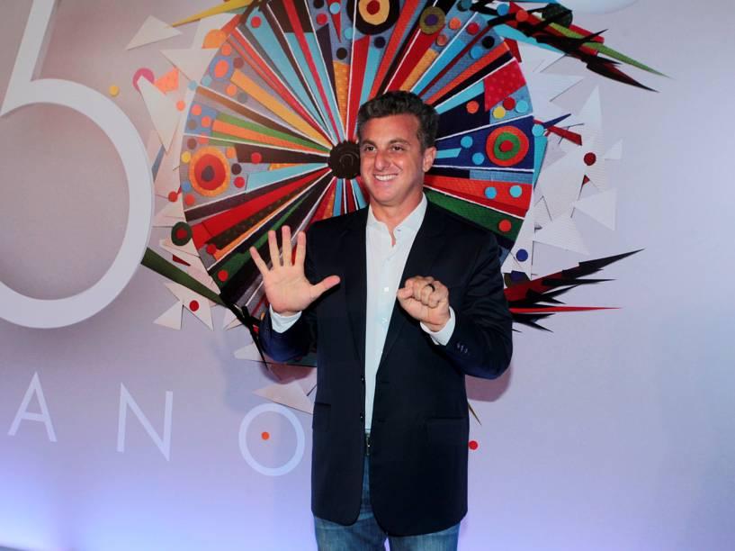 Luciano Huck na festa de 50 anos da Rede Globo
