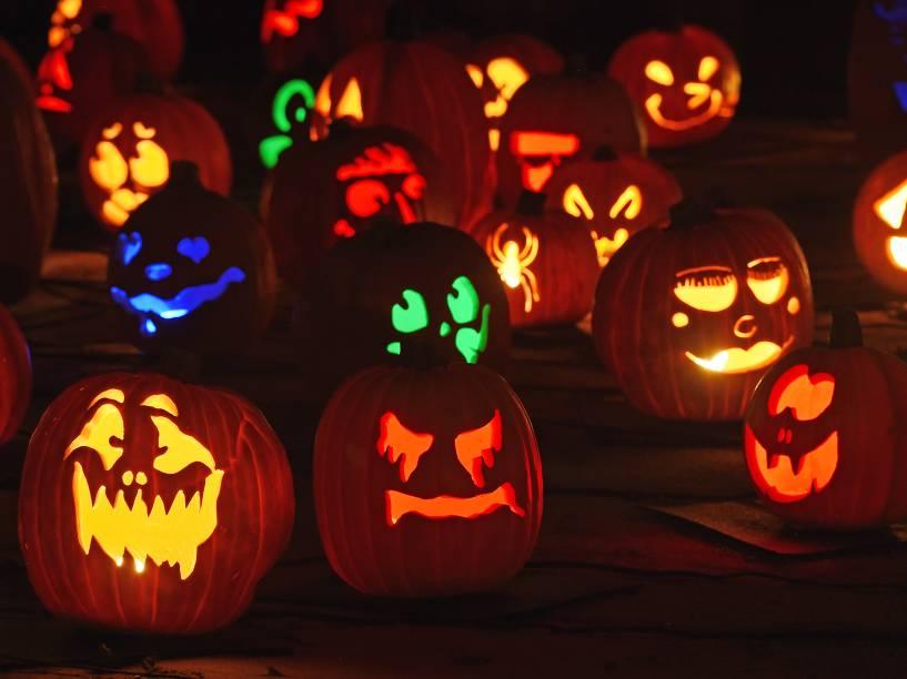 Abóboras com lanternas coloridas fazem parte de exibição de Halloween emLa Canada Flintridge, na Califórnia