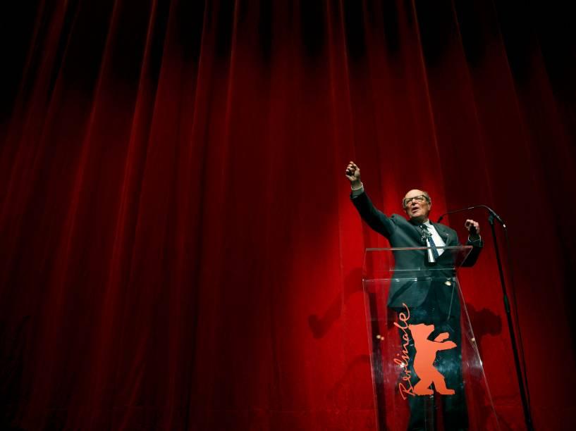 O diretor Marcel Ophuels recebe prêmio pelo filme The Memory of Justice durante a 65ª edição do Festival Internacional de Cinema de Berlim