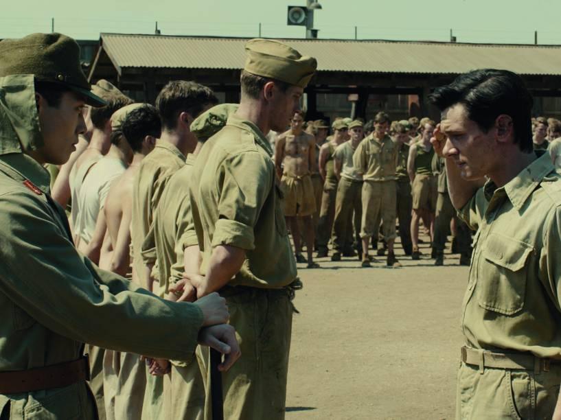 Cena do filme Invencível, com Jack O'Connell e direção de Angelina Jolie