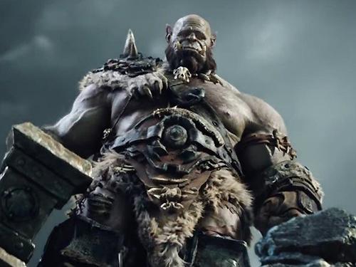Orgrim ( Robert Kazinsky), em cena do filme Warcraft - O Primeiro Encontro de Dois Mundos