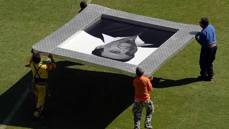Homens carregam um retrato de Roberto Bolaños no interior do estádio Azteca na Cidade do México, antes da missa em homenagem ao criador dos personagens Chaves e Chapolin - 30/11/2014