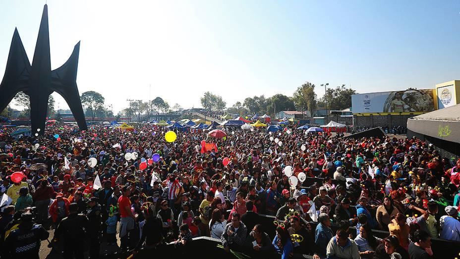 Movimentação na entrada do estádio Azteca na Cidade do México, antes da cerimônia em homenagem a Roberto Bolaños - 30/11/2014
