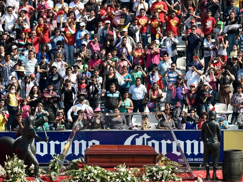 Corpo de Roberto Bolaños chega ao estádio Azteca - 30/11/2014