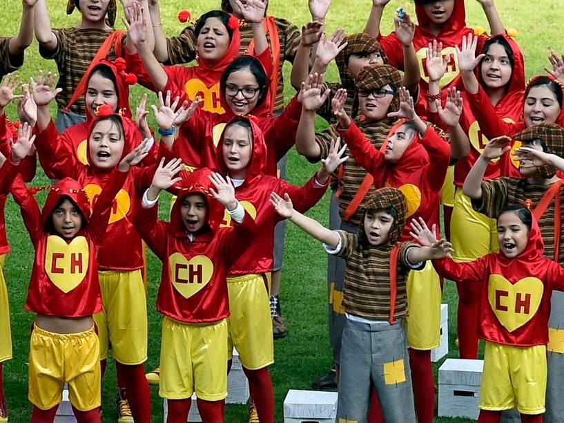 Crianças vestidas como Chapolin Colorado e Chaves, durante o cerimônia em homenagem a Roberto Bolaños no estádio Azteca, na Cidade do México - 30/11/2014