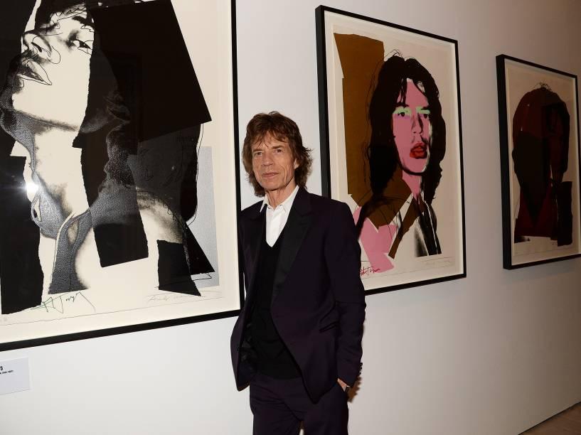 Mick Jagger posa ao lado de artigos expostos na mostra Exhibitionism: The Rolling Stones