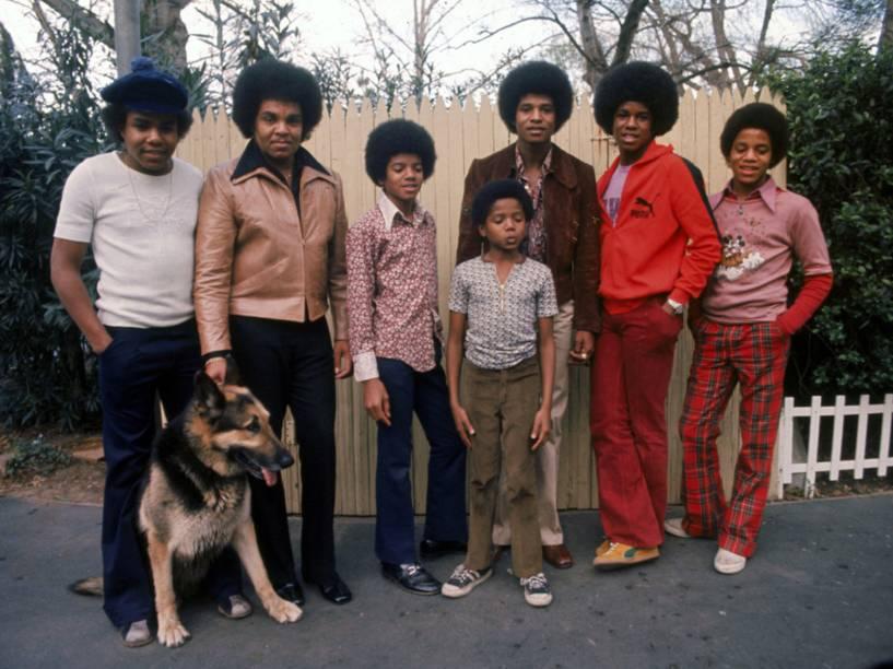 Os irmãos Jackson junto com o pai Joseph posam para um retrato no quintal de sua casa, em Los Angeles, em 1972