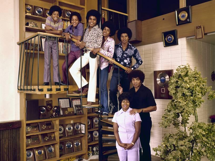 Os irmãos Jackson junto com o pai Joseph e a mãe Katherine em 1971