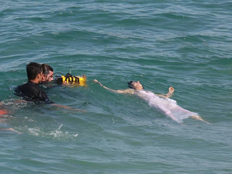 Maitê Proença grava cena em que sua personagem, Dionísia, começa a se afogar em Liberdade, Liberdade
