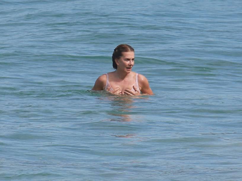 Maitê Proença mergulha no mar de roupa íntima depois de gravações de Liberdade, Liberdade