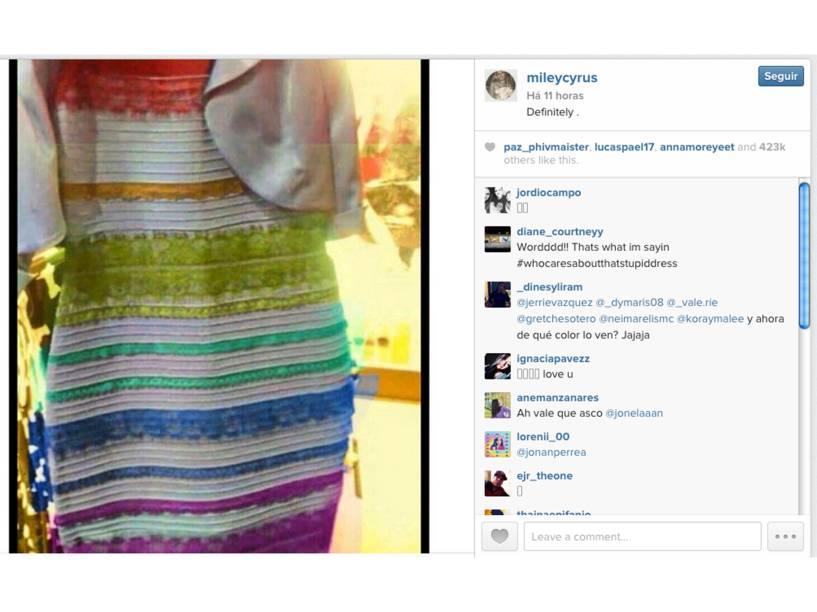 Com uma montagem em cima das cores do vestido, Miley Cyrus posta no Twitter: Definitivamente