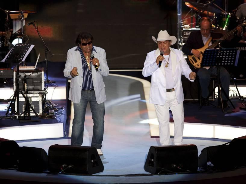 """Milionário e José Rico cantando no show """"Emoções Sertanejas"""", em homenagem aos 50 anos de carreira do cantor Roberto Carlos, no Ginásio do Ibirapuera, em 2010"""