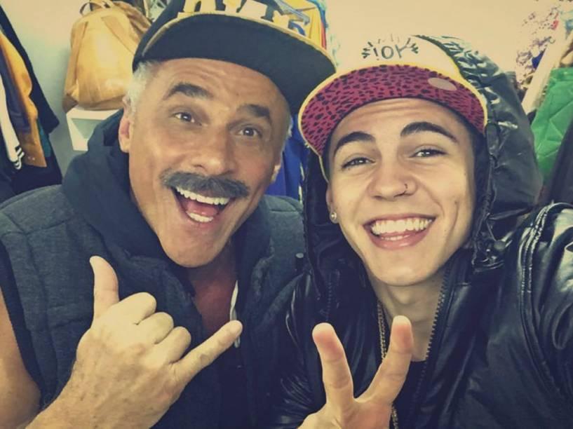O cantor Biel e o ator Oscar Magrini