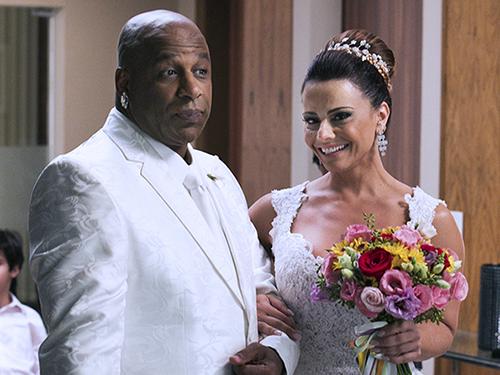 Xana (Ailton Graça) e Naná (Viviane Araújo) se casam em Império