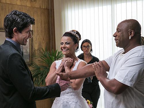 Climão? Antonio (Lucci Ferreira) chega para o casamento de Xana (Ailton Graça) e Naná (Viviane Araújo)