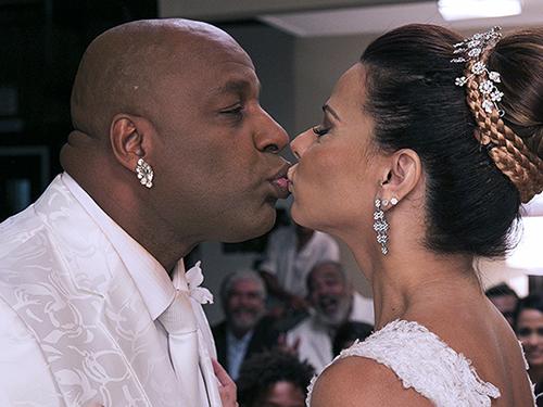 Xana (Ailton Graça) e Naná (Viviane Araújo) trocam o primeiro beijo em Império