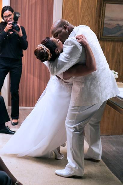Xana (Ailton Graça) e Naná (Viviane Araújo) se empolgam em casamento