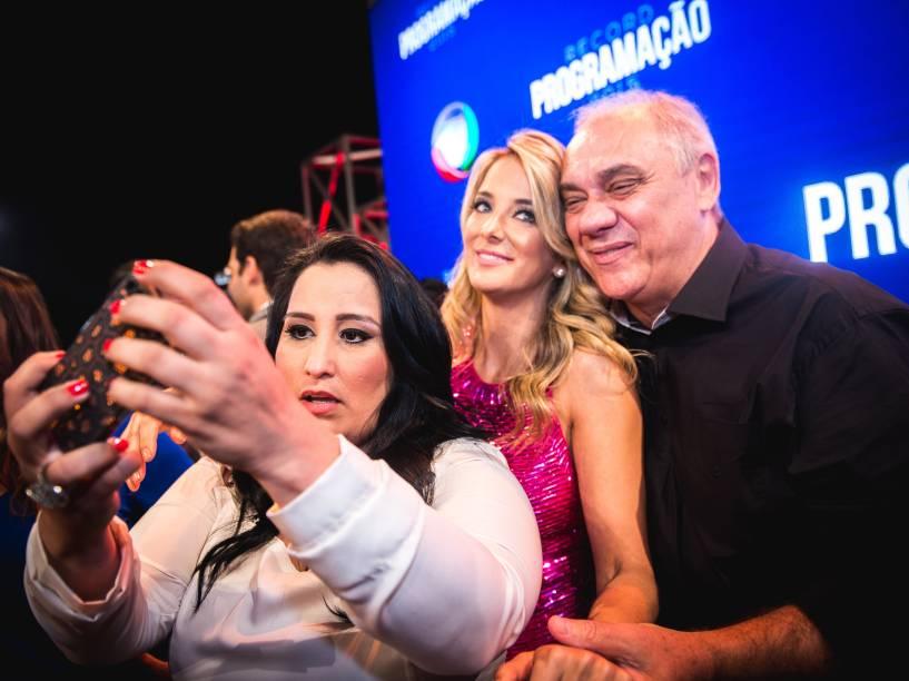 Fabiola Reipert, Marcelo Rezende e Ticiane Pinheiro fazem pose para uma selfie