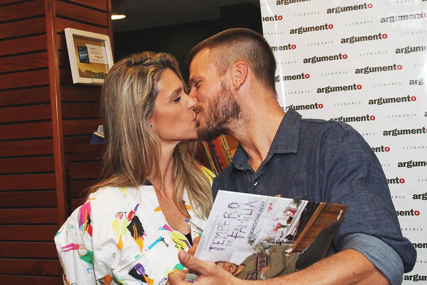 Rodrigo Hilbert, ao lado da esposa Fernanda Lima, lança o livro Tempero de Família na livraria Argumento, no Leblon