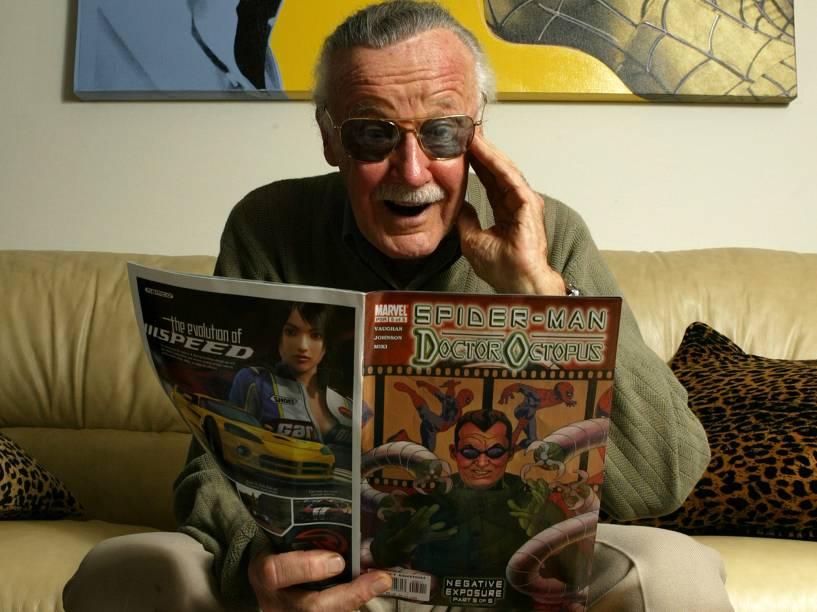 Criador de diversos personagens da Marvel, Stan Lee posa em seu escritório, em Beverly Hills, Califórnia, em 2004