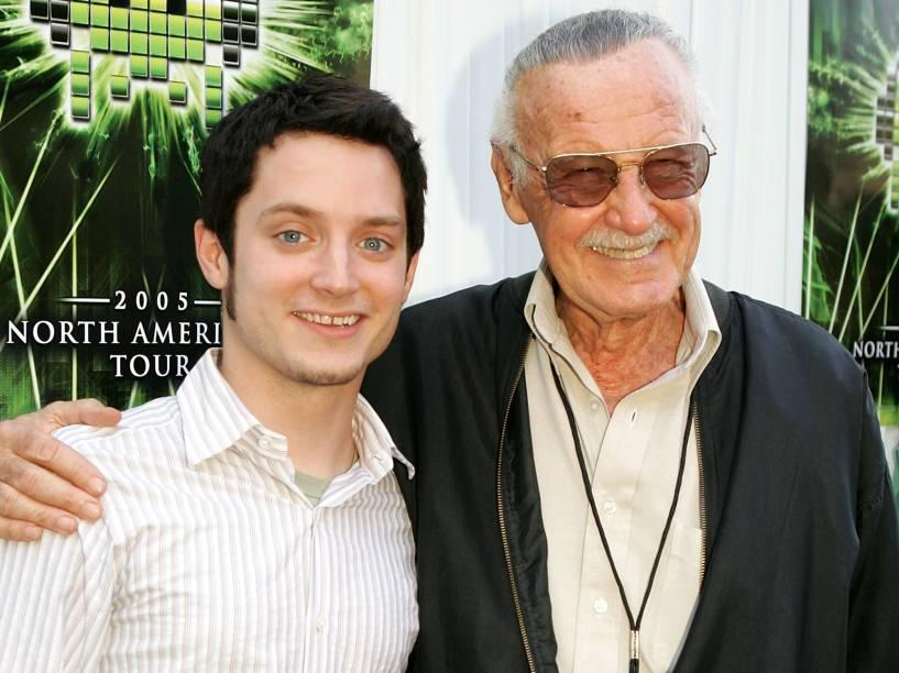 Stan Lee ao lado do ator Elijah Wood, no evento Video Game Live, que aconteceu em 2005, em Hollywood