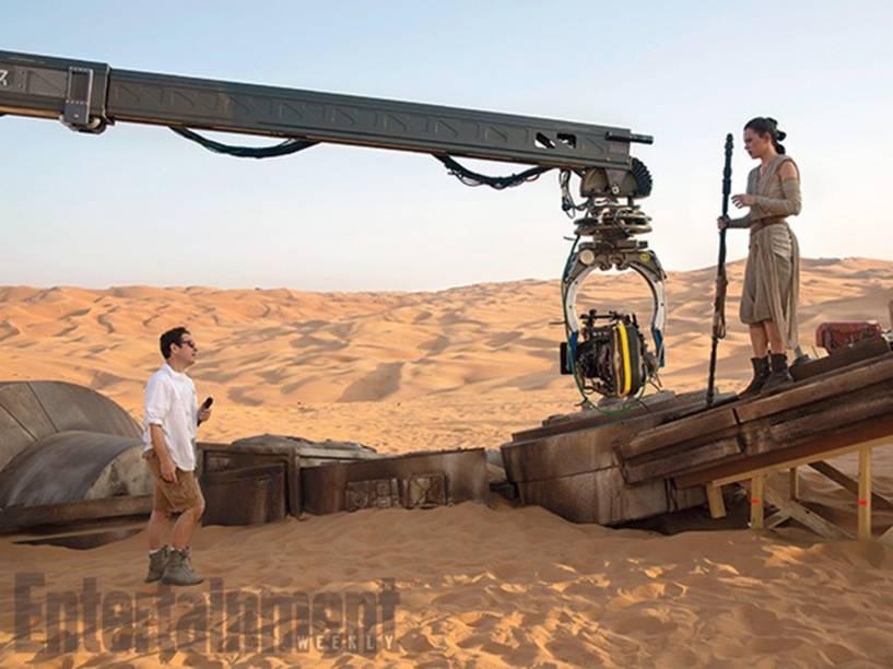Diretor J. J. Abrams e a atriz Daisy Ridley nos bastidores das filmagens de Star Wars: Episódio VII - O Despertar da Força
