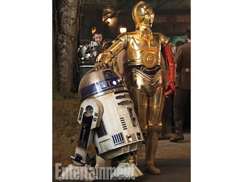 R2-D2 ao lado de C-3PO (interpretado por Anthony Daniels), que aparece com um braço vermelho