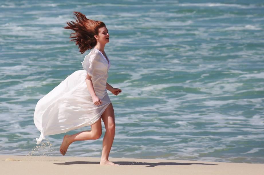 A atriz Marina Ruy Barbosa grava cenas da novela Império, na praia da Reserva, no Rio de Janeiro
