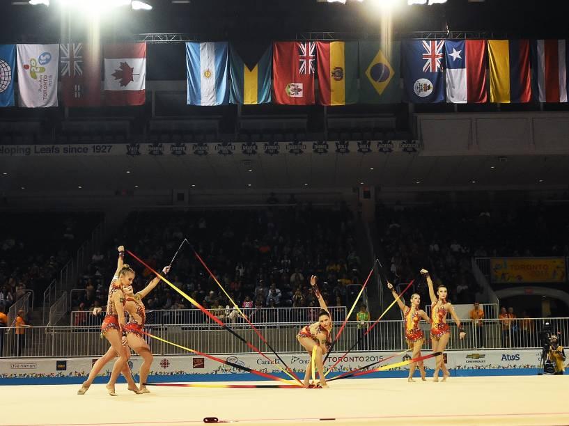 A equipe feminina de Ginástica Rítmica no primeiro de competição em Toronto