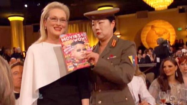 Uma mulher vestida como militar tira uma foto com a Meryl Streep, em nova alfinetada na Coreia do Norte no Globo de Ouro 2015