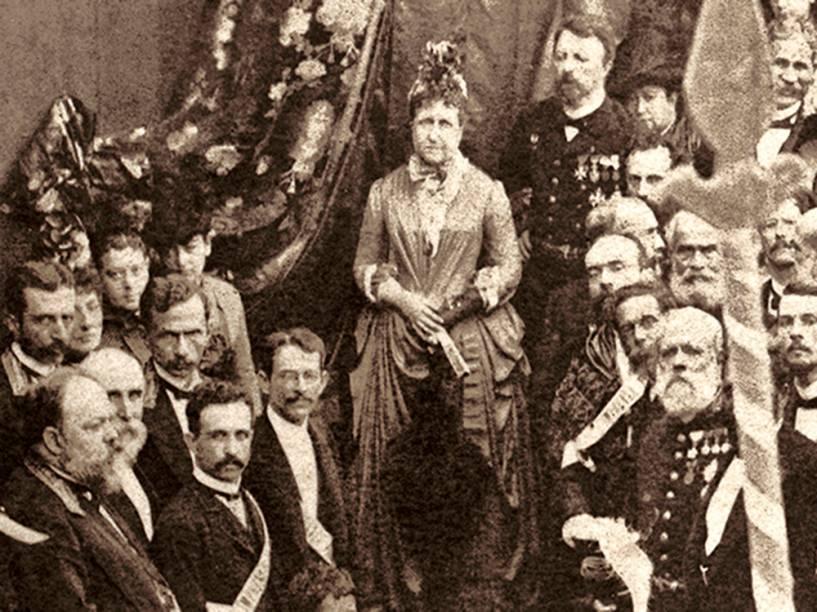 Detalhe da Missa Campal de Ação de Graças em homenagem à abolição da escravatura realizada no dia 17 de maio de 1888, no Campo de São Cristóvão, no Rio. Na imagem aparecem princesa Isabel, conde D Eu (ao fundo), Machado de Assis (no canto direito, o segundo de baixo para cima)