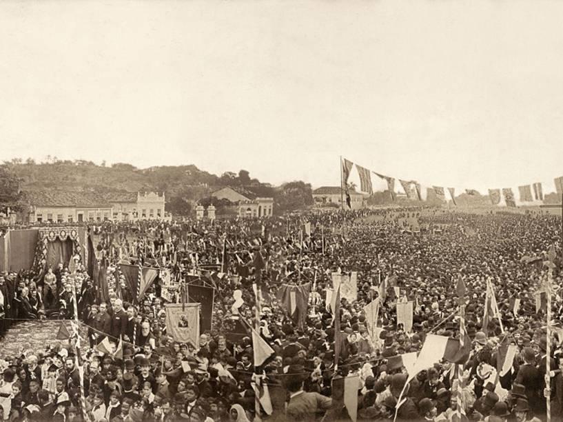 A imagem original feita por Antonio Luiz Ferreira da Missa Campal de Ação de Graças em homenagem à abolição da escravatura realizada no dia 17 de maio de 1888, no Campo de São Cristóvão, no Rio