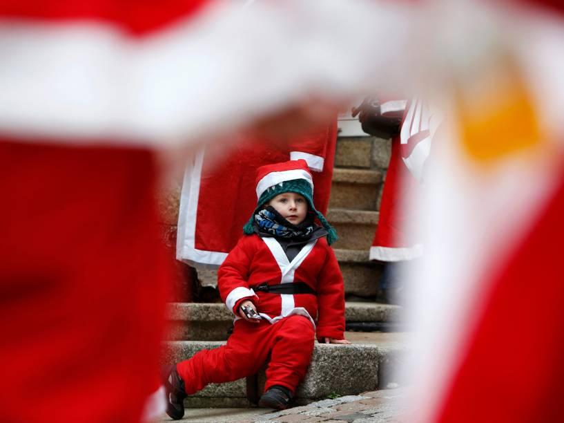 O pequeno Lex de três anos participa do encontro anual de papais noéis em Auerbach, na Alemanha